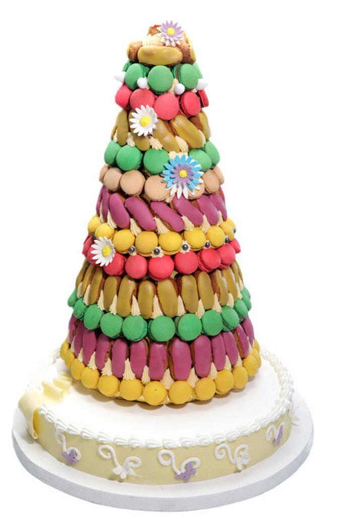 Gâteau de mariage coloré conçu par Erisay Réceptions