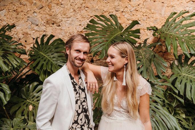 Pareja hipster sonriendo en boda