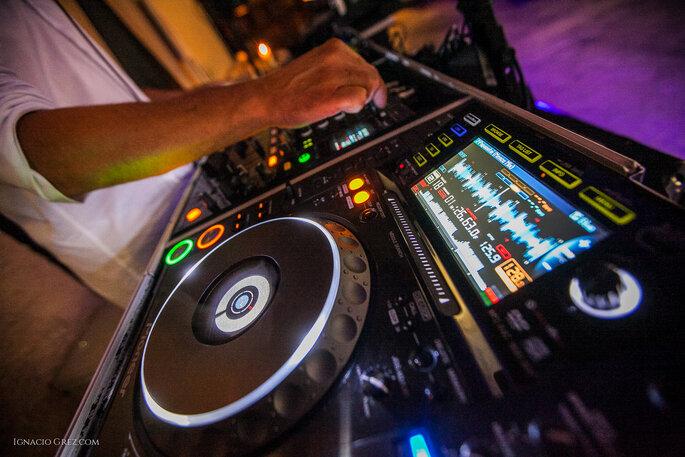 Les platines du DJ pendant l'une de ses performances
