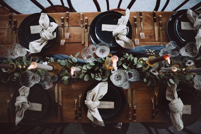 Une table à la décoration rustique mêlant jolie vaisselle, plantes grasses et bougies