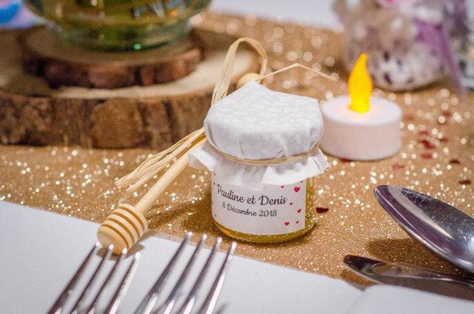 Un pot de miel personnalisé pour un mariage .