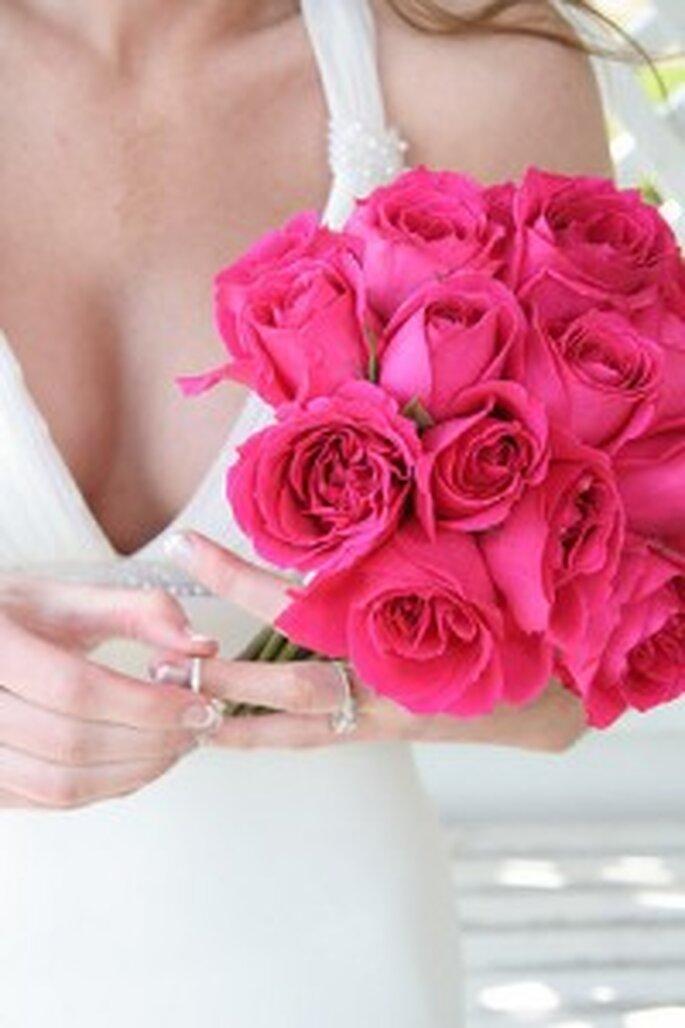 Um bouquet de noiva com rosas escuras