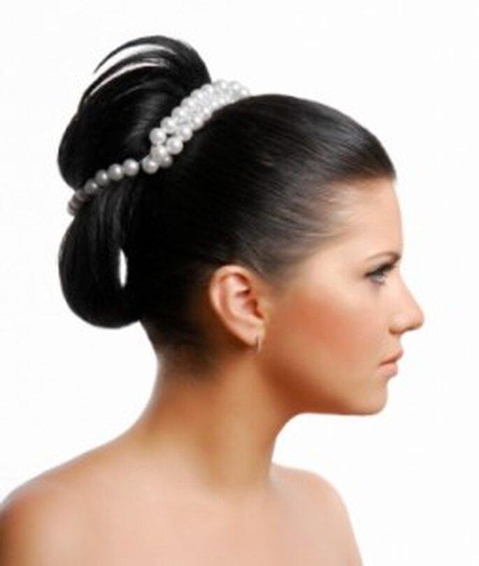 Trend Hochsteckfrisur 2011 für die Braut mit Perlen