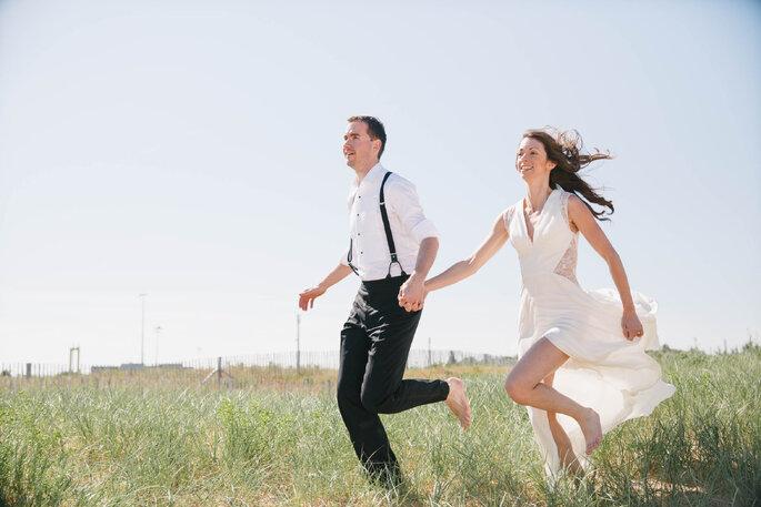 mariés nature souriants