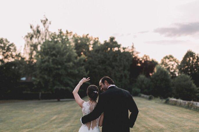 Couple enlacé et heureux le jour de son mariage