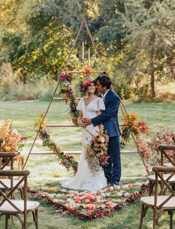 Decoración del lugar de ceremonia de boda con soporte triangular