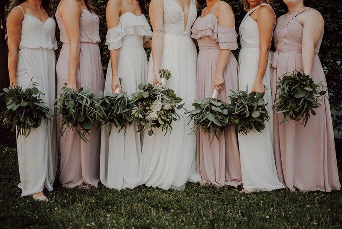 damas de honor con vestidos de color similar al de la novia
