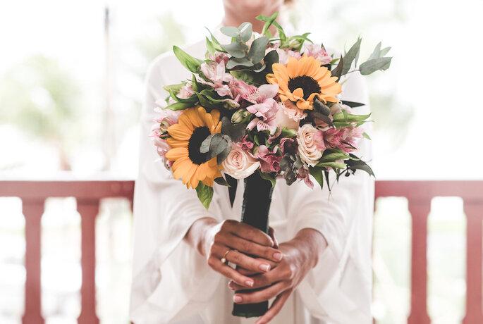 buquê de noivas tropical com girassol