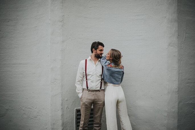 lachendes Brautpaar im lockeren Look