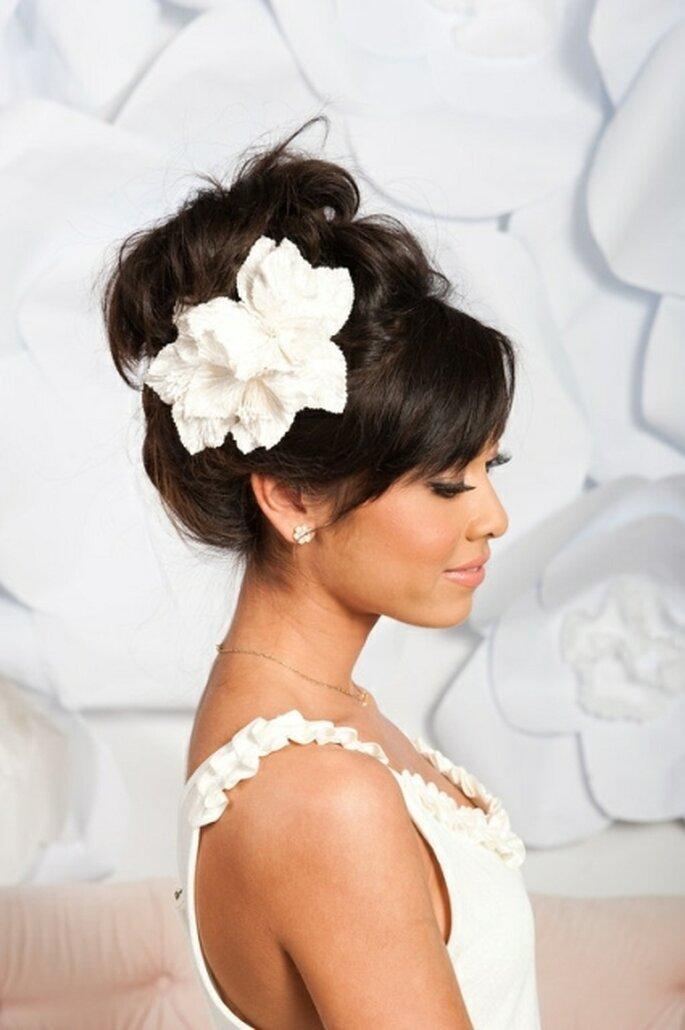 Tessa Kim coiffée d'une ravissante fleur en soie