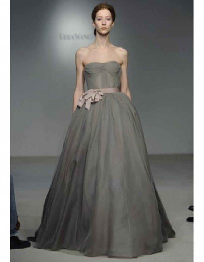Vestido de novia corte princesa y escote strapless. Tren de organza y falda plisada, corsé de tul.