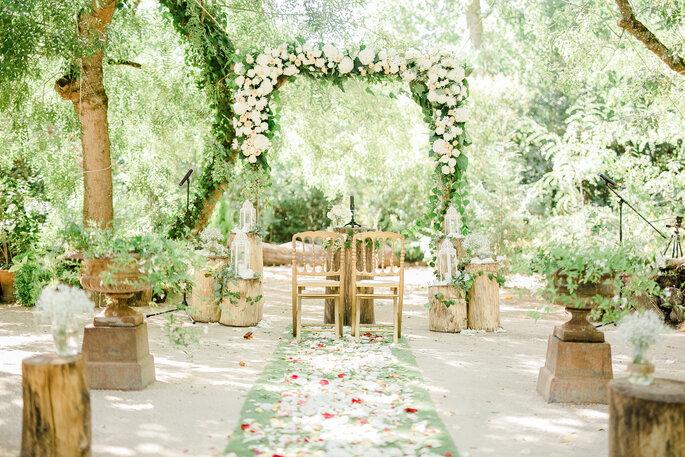 altar florido cerimónia civil rústica ao ar livre