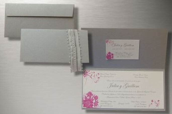 Exquisita tarjeta plateada combinada con tonos de rosa