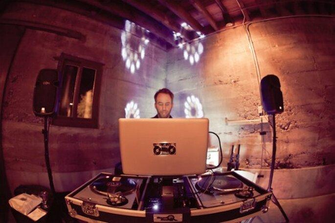 DJ de mariage : le chef d'orchestre de votre réception - Source : Style Me Pretty)