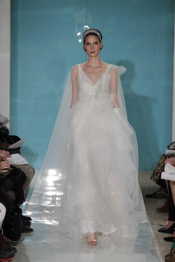 Capa unida al vestido de novia con volumen - Foto Reem Acra 2013