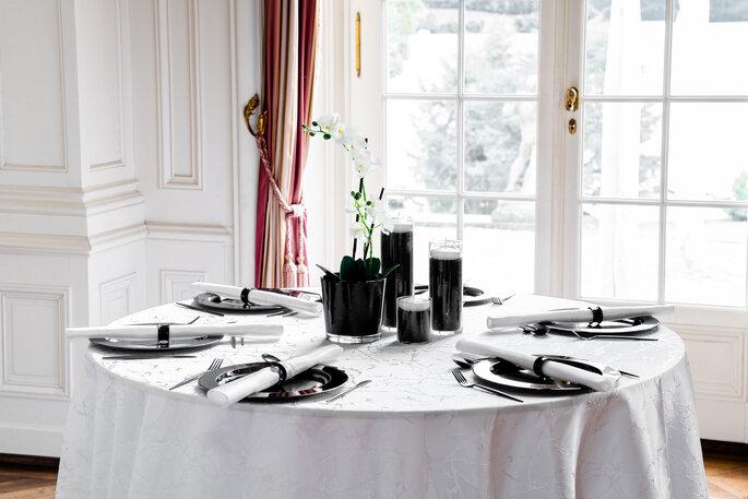 Tablecloth Hire weiss-schwarze Tischdekoration Hochzeit