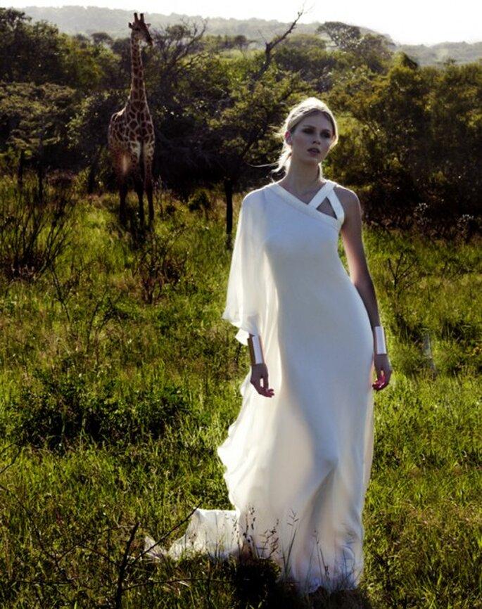 Vestido de novia de un hombro con manga holgada - Foto Amanda Wakeley