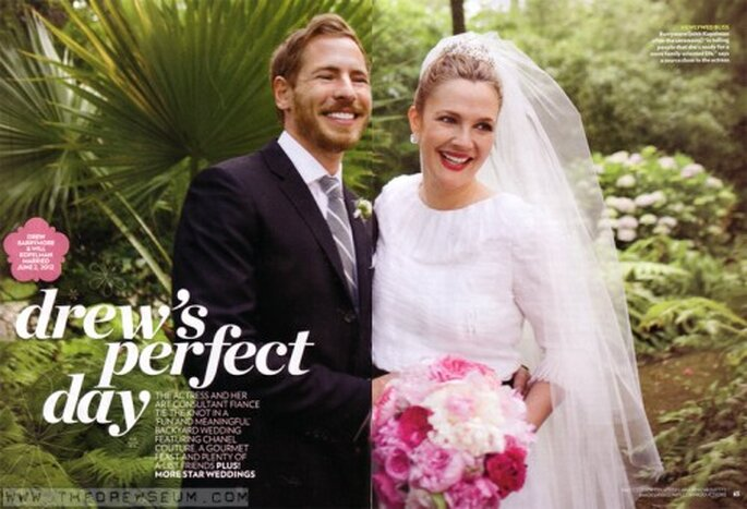 Drew Barrymore sonriente con su elegante vestido de novia - Foto People Magazine