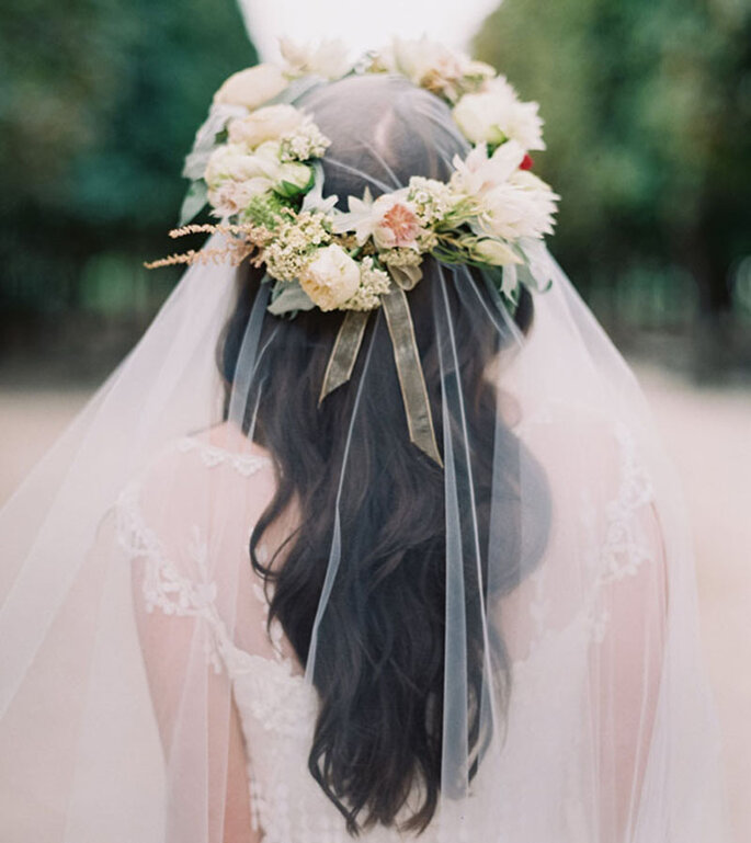 Brautfrisuren mit offenen Haaren mit Schleier und Blumenkranz