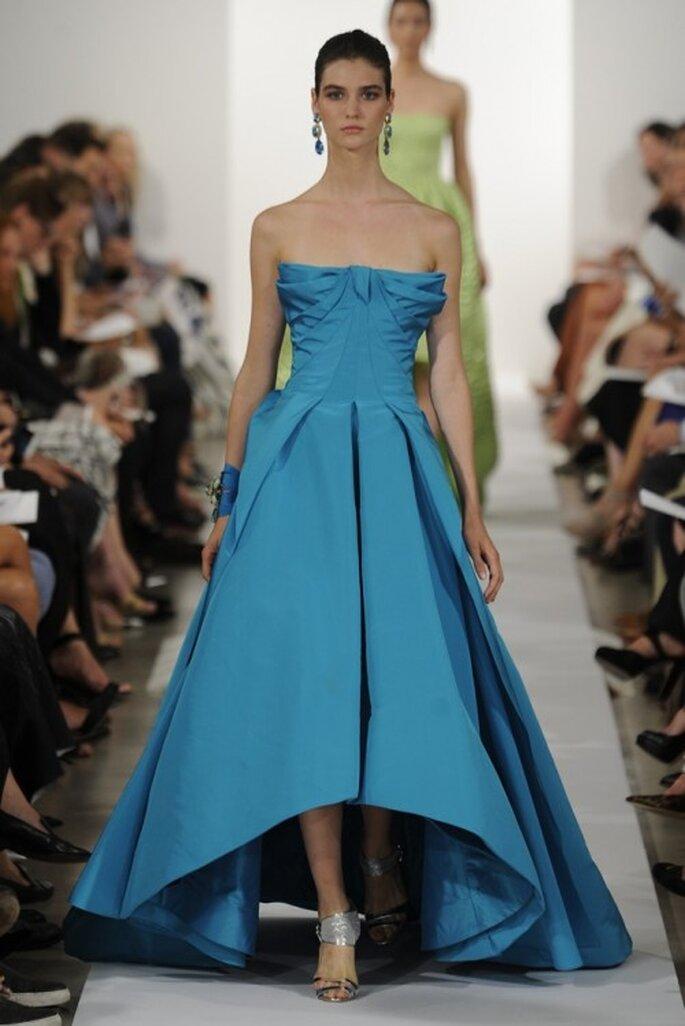 Vestido de fiesta largo en color azul con elementos tridimensionales en el escote - Foto Oscar de la Renta