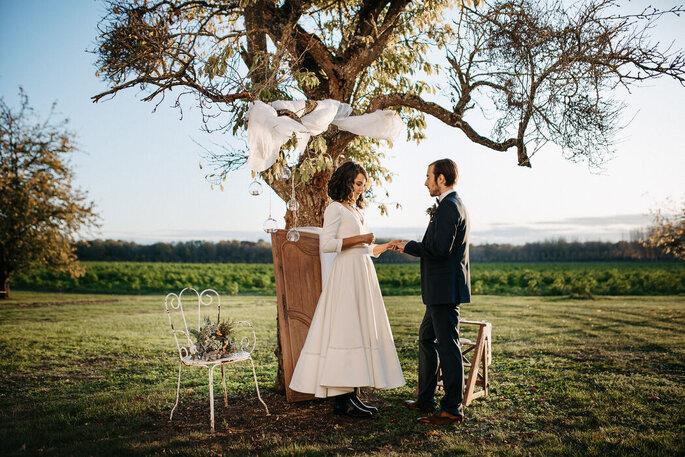 Les mariés s'échangent leurs alliances dans le cadre paisible et naturel du Clos Beaurepaire