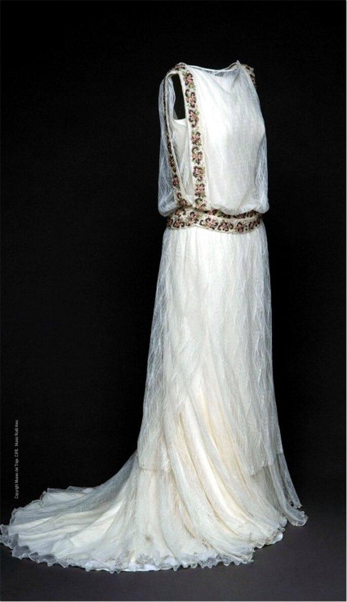 Vestido de novia Basaldúa 2011 en tul, crêpe y gasa con bordado en hilo de seda y pedrería en color.