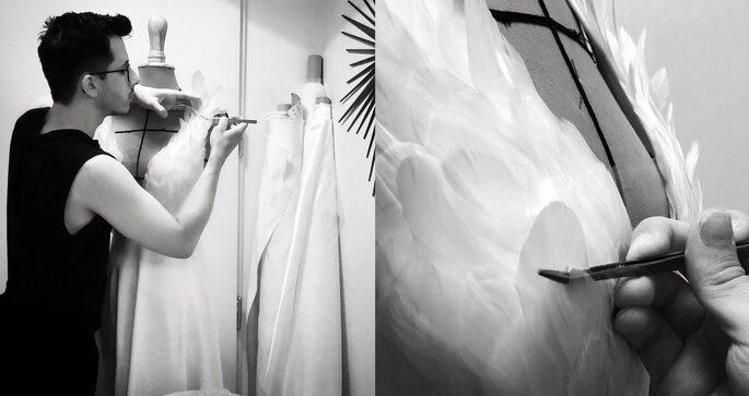 Laurent Kapelski en train de créer une robe avec un bustier à plume sur-mesure