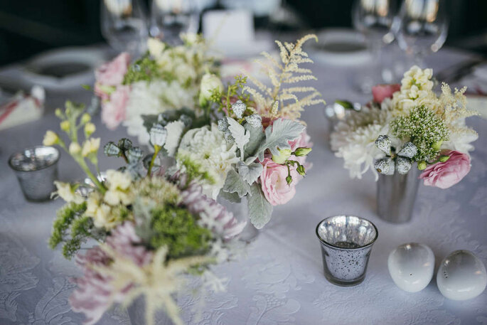 mesa com vasinhos com flores
