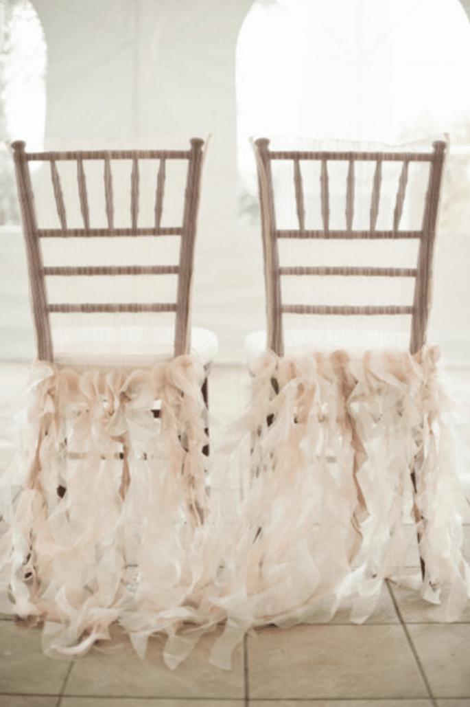 Decoraciones súper originales para las sillas en tu boda - Foto Harwell Photography