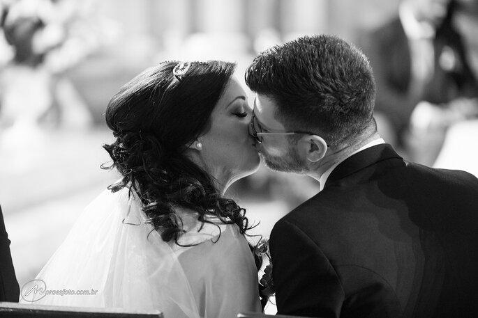 beijo apaixonado em casamento coletivo em Portugal