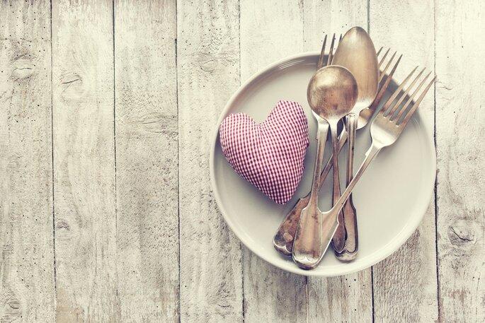 talheres, pratos e coração