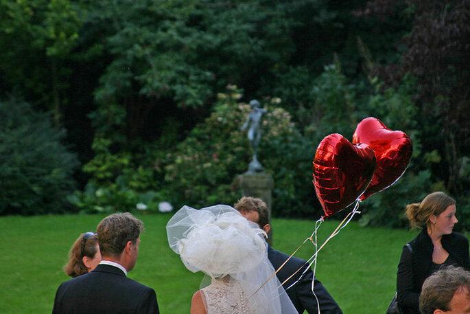 Globos de corazones para la ceremonia nupcial al aire libre. Foto: Kees de Vos
