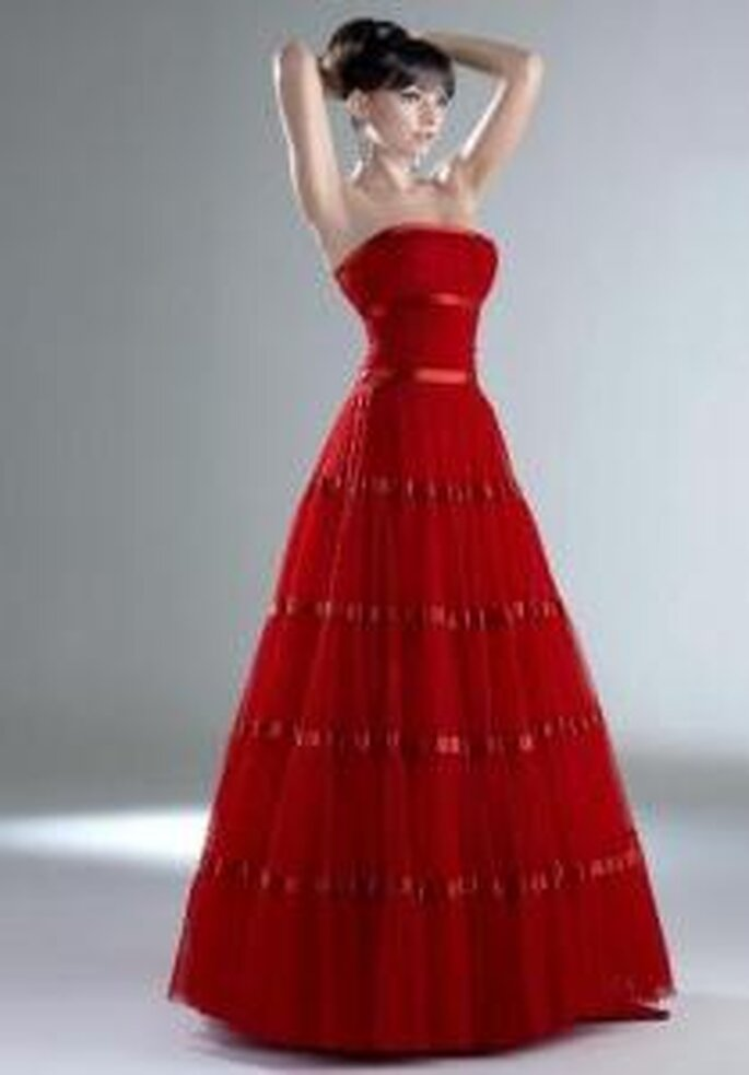 Esther Rodríguez 2009 - Renata, vestido largo rojo de corte A, escote bañera, con lazos en satén