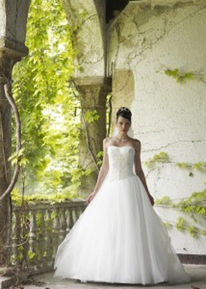 LILLY 2010, 3111 - Schulterfreies Prinzessinnenkleid mit mehrlagigem Tüllrock und Strassverzierung