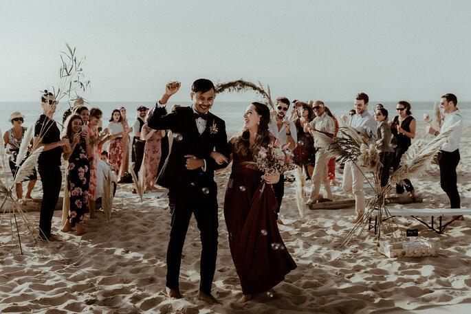 Couple heureux mariage plage bohème bulle savon