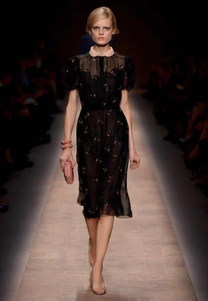Vestido de fiesta en color negro con estampados de flores y cuello en color rosa palo - Foto Valentino