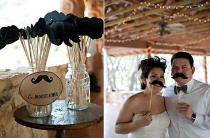 Les fameuses moustaches, un incontournable du Photobooth ! - Source : Style Me Pretty