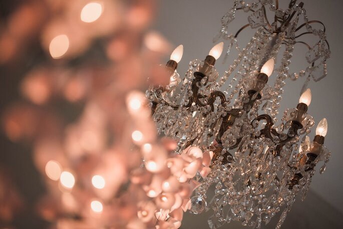 Lustre en cristal pendu au plafond du Château de Santeny