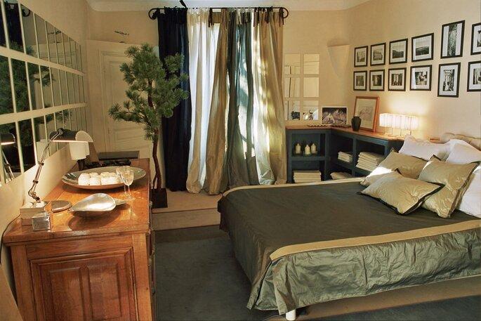 Une chambre pour passer la nuit sur place à la décoration élégante et pleine de cachet