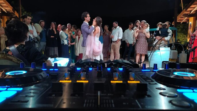 Noivos dançam embalados pelas músicas do DJ Fabio Reder