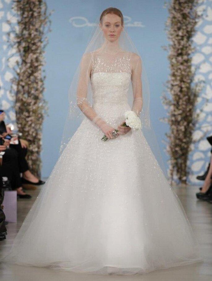 Vestido de novia corte princesa con falda voluminosa y escote strapless con velo - Foto Oscar de la Renta