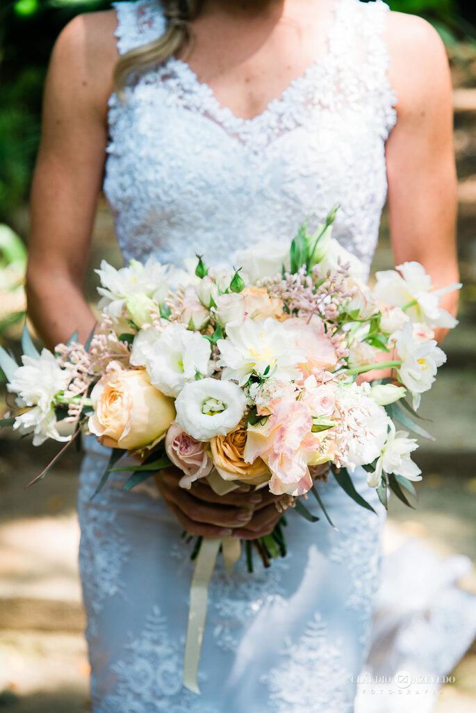 Buquê com flores brancas para noiva em casamento diurno