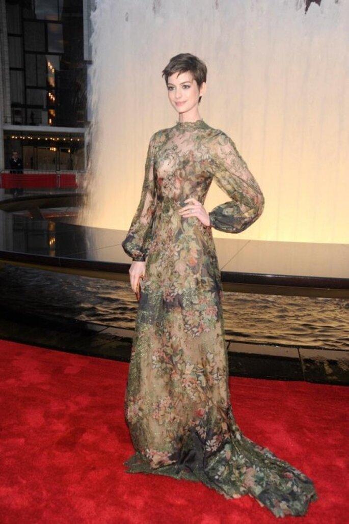 Anne Hathaway glmaourosa en la alfombra roja - Foto Valentino Facebook