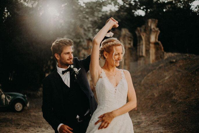 Un couple de mariés amoureux danse en extérieur