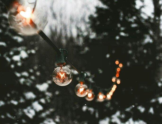Ma petite cérémonie - décoration guirlandes style guinguette accrochées à des arbres
