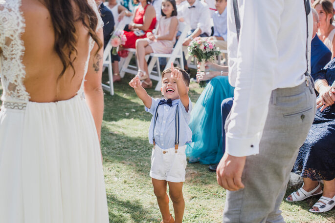 casamento menino entre noivos com calções, suspensórios e laço casamento