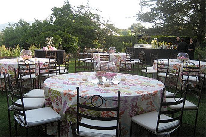 Mesa de apoyo en boda tipo cóctel. Foto: Marta Jiménez