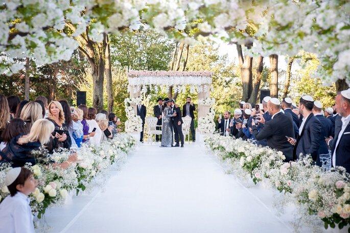 Le marié embrasse sa mère qui l'a conduit jusqu'à la cérémonie