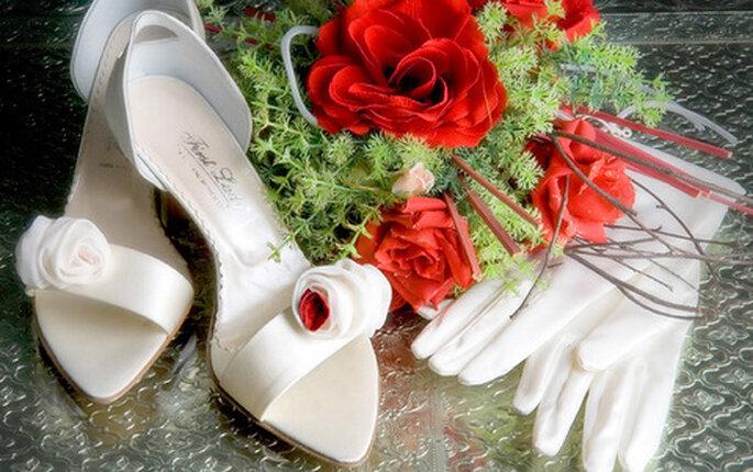 Sandali con tacco a rocchetto basso e applicazioni floreali sul davanti