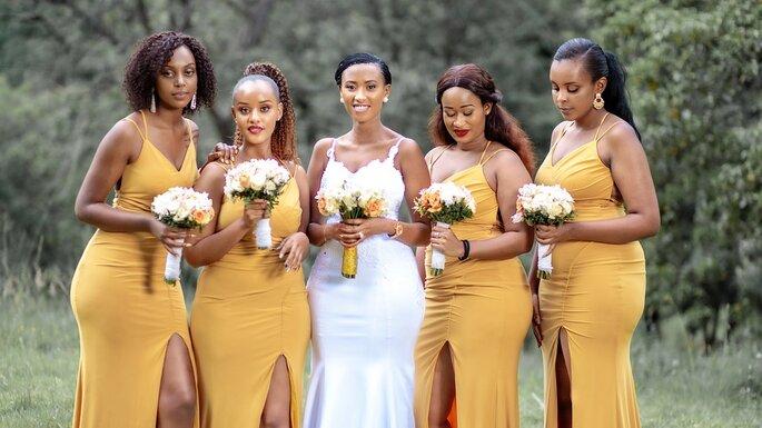 damas de honor con el mismo vestido amarillo